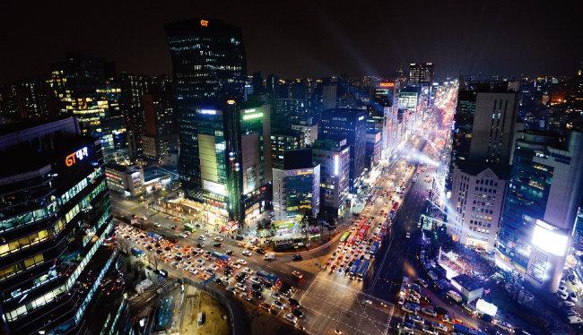 서울의 대표적 성장 상권으로 여겨지던 강남에도 불 꺼진 점포가 늘고 있다. 사진은 강남의 야경. [뉴스1]