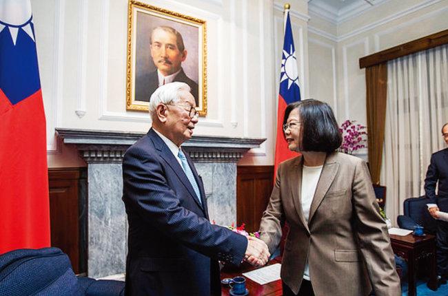 차이잉원 대만 총통(오른쪽)이 총통부에서 장중머우 전 TSMC 회장과 악수하고 있다. [대만 총통부]