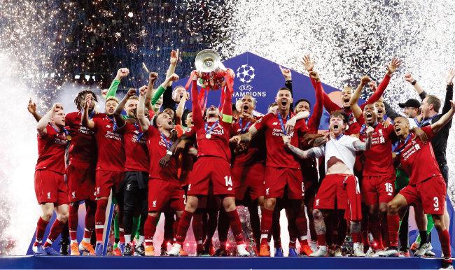 챔피언스리그 우승컵(빅이어스)을 높이 들고 환호하는 리버풀FC 선수들. [AP=뉴시스]