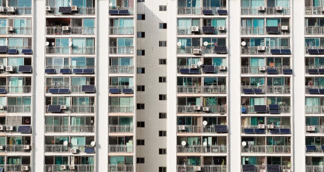 서울 시내 한 아파트 단지에 '베란다형 태양광 미니발전소'가 설치된 모습. [뉴스1]