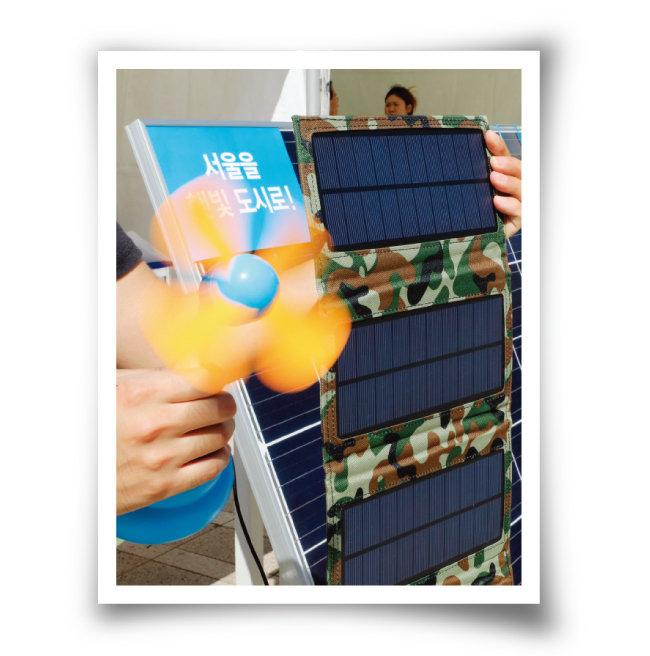 휴대용 태양광발전으로 돌아가는 손선풍기. [뉴스1]