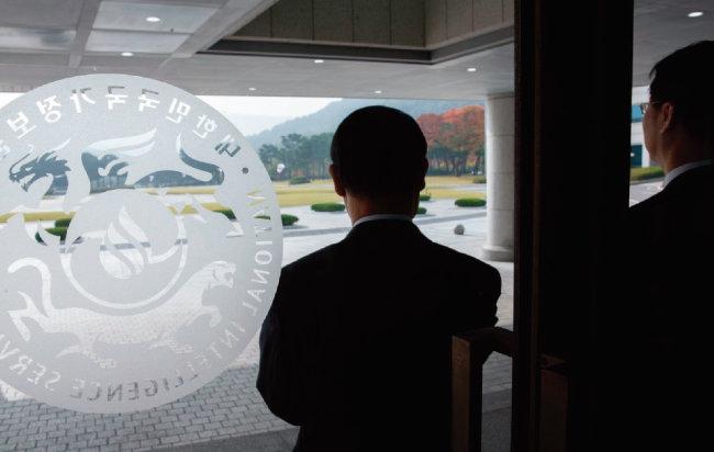 국가정보원에서 정보위원회 국정감사에 앞서 직원들이 의원들을 기다리고 있다. [사진 제공 · 국회사진기자단]