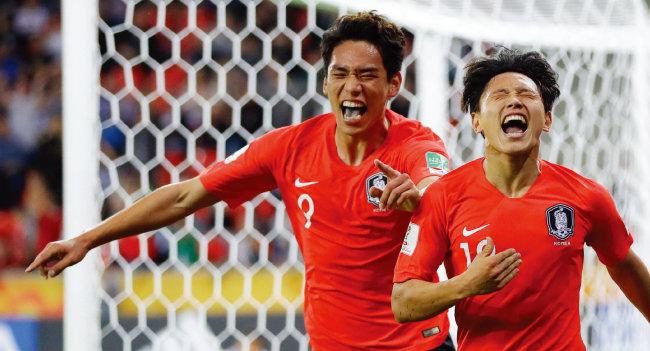 조영욱(오른쪽)이 6월 1일 폴란드 티히 스타디움에서 열린  2019 국제축구연맹(FIFA) U-20 월드컵 F조 조별리그 아르헨티나와 최종 3차전에서 1-0으로 앞선 후반 12분 추가골을 터뜨린 뒤 전반 42분 선제골을 넣은 오세훈과 기뻐하고 있다. [AP=뉴시스]