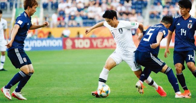 포르투갈과 경기에서 볼 경합을 벌이고 있는 이강인. [사진 제공 · 대한축구협회]