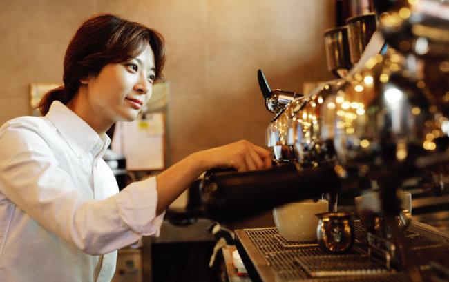 전주연 씨가 '에스프레소 머신'으로 커피를 내리고 있다. [박해윤 기자]