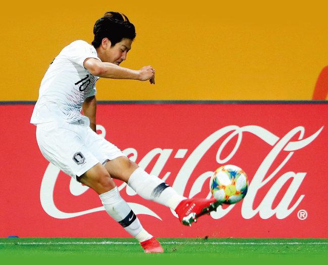 U-20 월드컵 4강전 대한민국과 에콰도르의 경기에서 이강인이 상대 문전을 향해 공을 올리고 있다. [뉴스1]