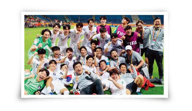 U-20 월드컵 4강전에서 에콰도르를 1-0으로 꺾고 사상 첫 결승에 진출한 한국 대표팀이 모여 환호하고 있다. [뉴스1]