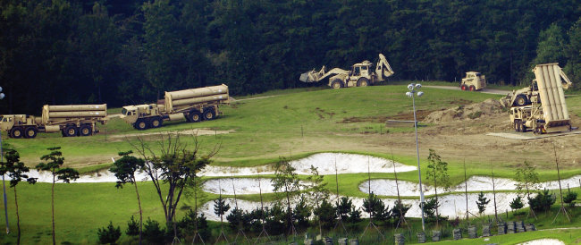주한미군이 2017년 9월 경북 성주 초전면 사드(THAAD·고고도미사일방어체계)기지에서 발사대 배치 작업을 위해 중장비 차량을 이동시키고 있다. [뉴시스]