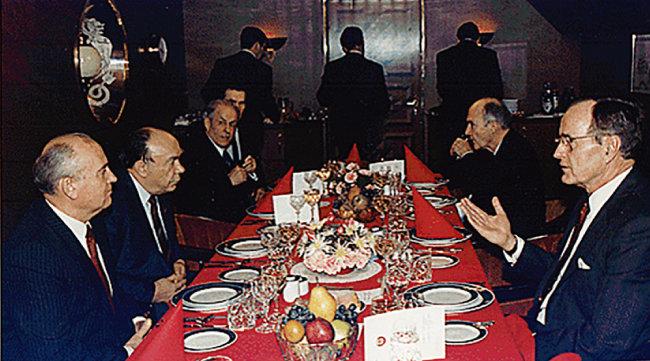 동유럽국가 민주화를 확정 지은 1989년 몰타 미·소 정상회담. 미·소 대립과 담판이 냉전 완화를 가져왔다. [National Archives and Records Administration]