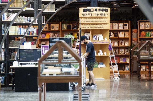 동서 축 철제 서가와 남북 축 열람실이 만나는 지점에서는  그때 그때 주제별로 큐레이션된 책을 만날 수 있다.