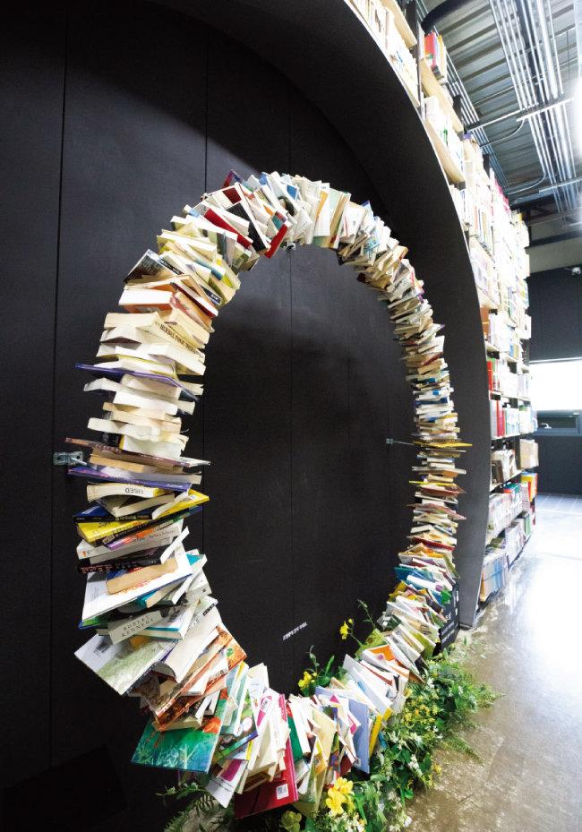 동서 축 철제 서가의 끝 벽면에 수백 권의 책으로 이뤄진  '절대반지'를 만날 수 있다. 원래 설계상으로는 또 다른 책의 숲을 담아낼 대형유리가 설치될 공간이었다. [지호영 기자]