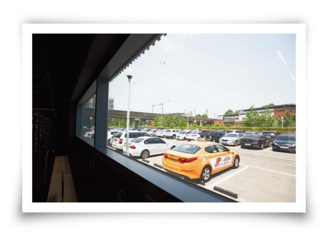 서울책보고 북쪽 문을 나서면 바로 공영주차장이 나오는데 이를 살짝 가려준 것이다.