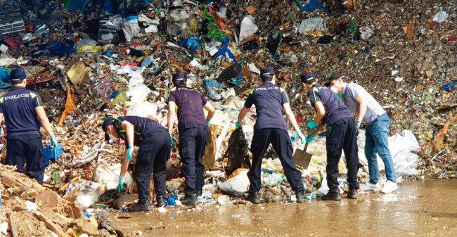 6월 5일 제주경찰이 인천 소재 재활용업체에서 고유정 사건 피해자인 전남편의 시신을 수색하고 있다. [사진 제공 · 제주동부경찰서]