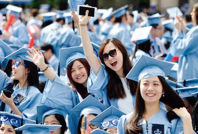 중국인 유학생들이 미국 컬럼비아대 졸업식에서 졸업을 축하하고 있다. [글로벌 타임스]