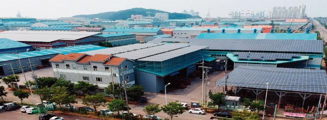 군산국가산업단지의 많은 공장 옥상에는 태양광발전 패널이 설치돼 있다. [박해윤 기자]