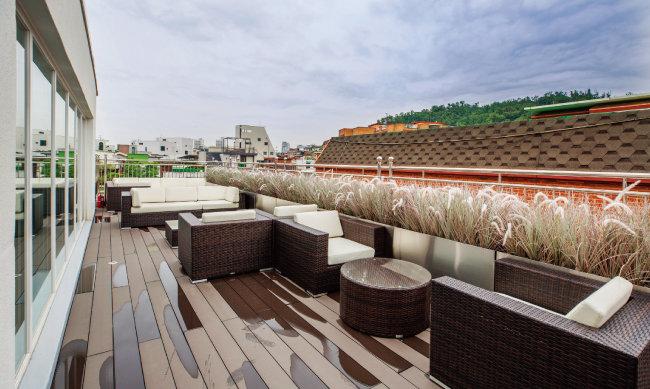 4층 외부와 6층 옥탑 테라스에는 실외용 소파를 마련해놓아 입주민들이 자유롭게 이용할 수 있다. [김도균]