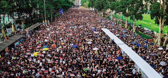홍콩 시민들이 6월 16일 검은 옷을 입고 송환법 완전 철회를 요구하며 시위하고 있다. [위키피디아]