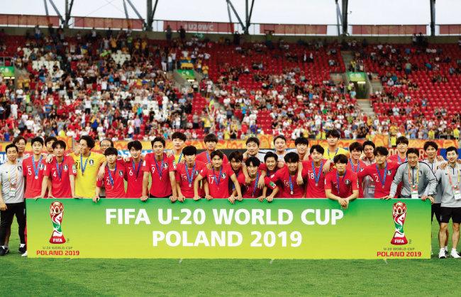 폴란드 우치 스타디움에서 열린 2019 FIFA U-20 월드컵 결승전에서 우크라이나에 패한 대한민국 대표팀이 공식 시상식에서 은메달을 목에 걸고 기념촬영을 하고 있다. [뉴시스]
