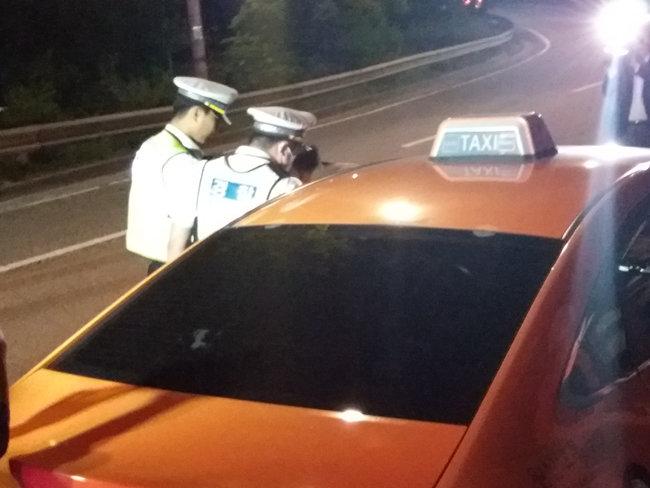 25일 오전 0시 5분경 경찰들이 음주 사실이 의심되는 택시 운전사를 단속하고 있다. [사진 김우정 기자]