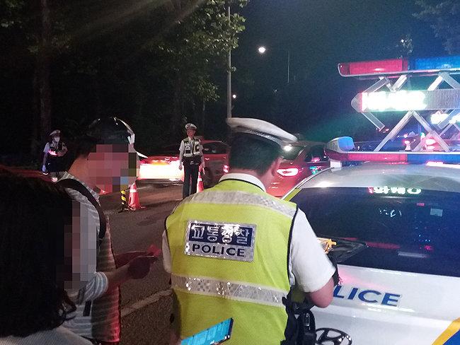 25일 오전 0시 53분경 음주운전 사실이 확인된 강 모(33)씨가 경찰로부터 '면허취소' 처분을 받고 있다.