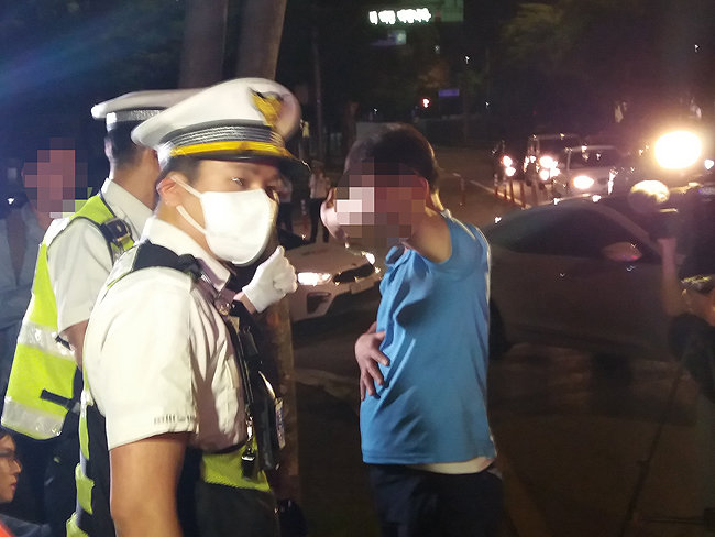 25일 오전 1시 40분경 음주 단속 현장에서 도주를 시도한 강 모(49)씨가 경찰에게 붙잡혔다.