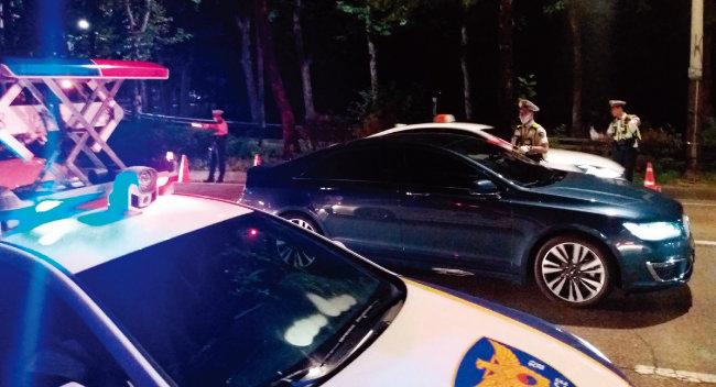 6월 25일 오전 0시부터 2시간 동안 서울지하철 2·6호선 합정역 인근 강변북로 북단 진입로에서 마포경찰서 소속 경찰관들이 '음주운전 특별단속'을 하는 모습. [김우정 기자]