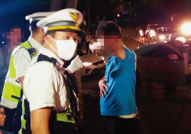 6월 25일 오전 1시 40분쯤  음주단속 현장에서 도주를 시도한 강모(49) 씨가 경찰에 붙잡혔다. [김우정 기자]