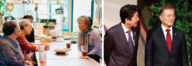 강경화 외교부 장관(오른쪽)이 2017년 10월 한국정신대문제대책협의회 쉼터인 '평화의 우리집'과 '나눔의 집'을 방문해 위안부 피해 할머니들에게 안부인사를 하고 있다(왼쪽). 2017년 11월 필리핀 마닐라 국제컨벤션센터에서 열린 동아시아정상회의(EAS) 정상회담에서 아베 신조 일본 총리와 문재인 대통령. [뉴스1, 뉴시스]