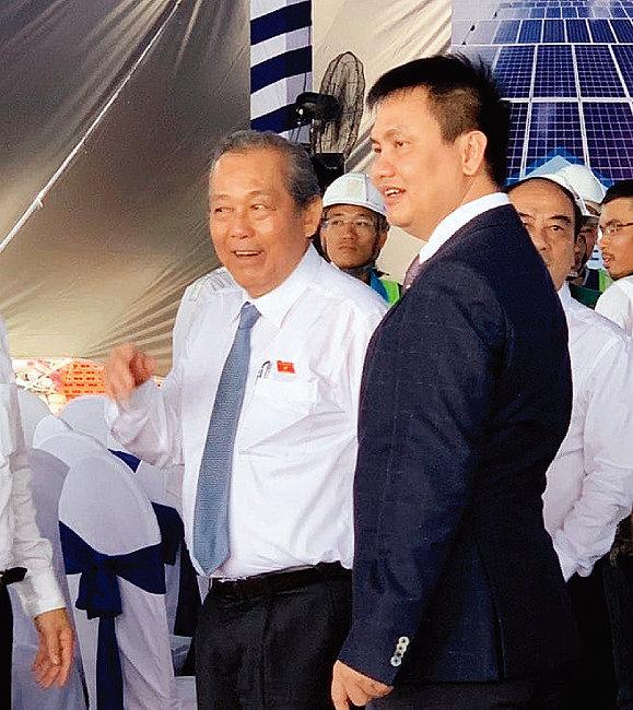 쯔엉호아빈 베트남 수석부총리(왼쪽)가 BCG-CME 롱안 1 태양광발전소를 방문해 응웬 호 남 BCG 회장 등 발전소 건설에 관여한 인사들을 격려하고 있다. [사진 제공 · BCG]