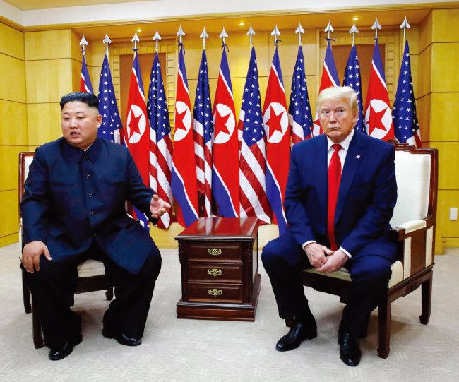 6월 30일 오후 판문점 남한 측 자유의집에서 3차 북·미 정상회담을 하고 있는 도널드 트럼프 대통령(오른쪽)과 김정은 북한 국무위원장. [박영대 동아일보 기자]