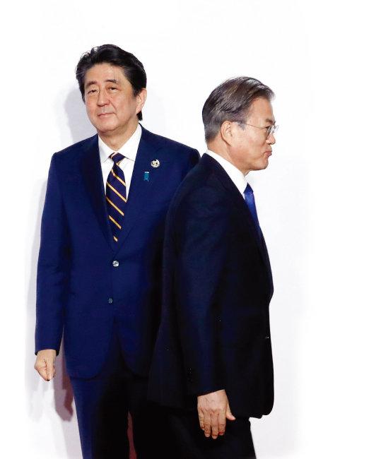 문재인 대통령이 6월 28일 일본 오사카에서 열린 G20 정상회의 개막 환영식에서 아베 신조 일본 총리와 악수한 뒤 등을 돌려 이동하고 있다. [동아DB]