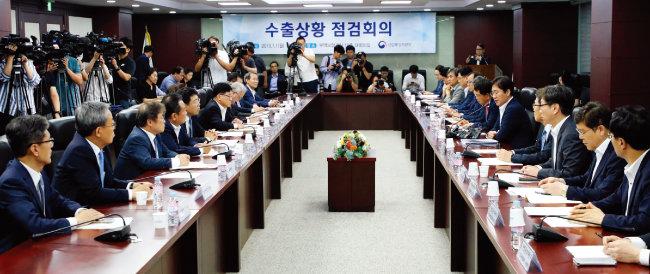 성윤모 산업통상자원부 장관(오른쪽에서 다섯 번째)이 7월 1일 오후 서울 종로구 한국무역보험공사에서 열린 수출상황 점검회의에서 일본 정부의 반도체 수출 규제와 관련해 발언하고 있다. [뉴스1]