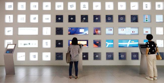 7월 1일 오후 서울 서초구 삼성전자 딜라이트를 찾은 관람객이 전시된 반도체와 디스플레이 소개 화면을 살펴보고 있다. [뉴스1]