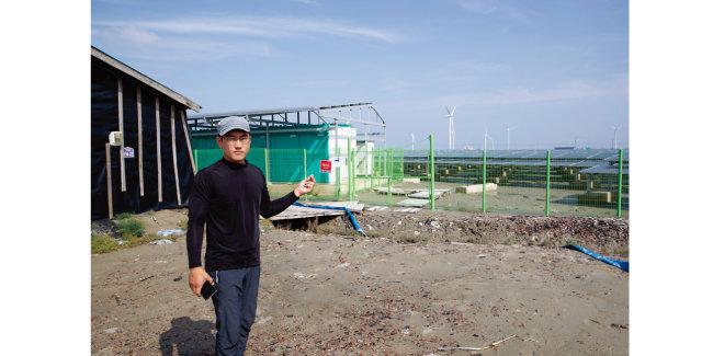 7월 2일 정성용 영광천일염생산자협의회 회장이 태양광발전소가 들어선 옛 염전을 배경으로 관련 내용을 설명하고 있다. [지호영 기자]