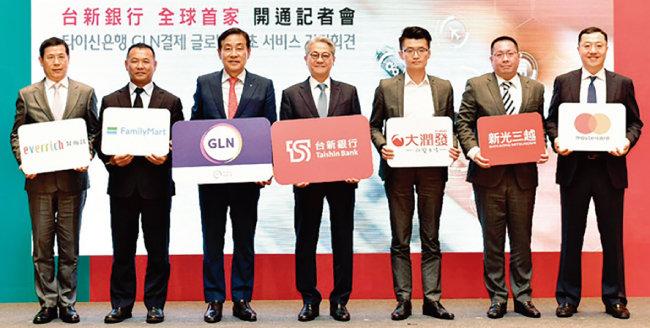 4월 23일 대만 타이신금융그룹 사옥에서 김정태 하나금융그룹 회장(왼쪽에서 세 번째) 등이 참석한 가운데 '하나멤버스 대만결제 시범서비스' 론칭 기념 행사가 열렸다. 하나금융은 해외결제 서비스를 위한 '글로벌 로열티 네트워크(Global Loyalty Network)' 사업을 아시아를 넘어 북미, 유럽까지 확대한다는 계획이다. [사진 제공 · 하나금융그룹]