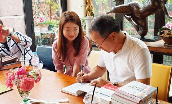 주식농부 박영옥 스마트인컴 대표(오른쪽)가 자신의 저서에 서명을 하고 있다. [사진 제공 · 박영옥]