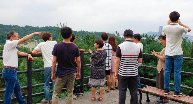 투자콘서트 참가자들이 국립서울현충원 전망대에서 한강과 남산을 바라다보고 있다. [구자홍 기자]