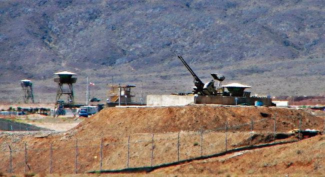 이란 혁명수비대가 공습 등에 대비해 나탄즈의 핵시설을  방어하고 있다. [위키피디아]