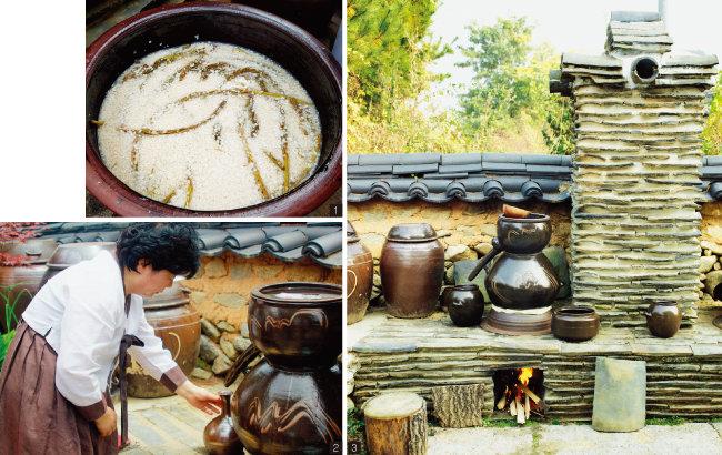 1 솔송주가 발효되는 모습. 함양의 쌀과 물, 함양에서 채취한 송순과 솔잎을 넣어 빚는다. 2 소줏고리에서 솔송주를 내려 받는 박흥선 명인. 3 명가원 뒷마당에 놓인 소줏고리.