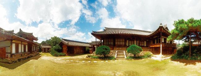경남 함양 개평한옥마을에는 수백 년 된 한옥 60여 채가 보존돼 있다. [사진 제공 · 함양군청]
