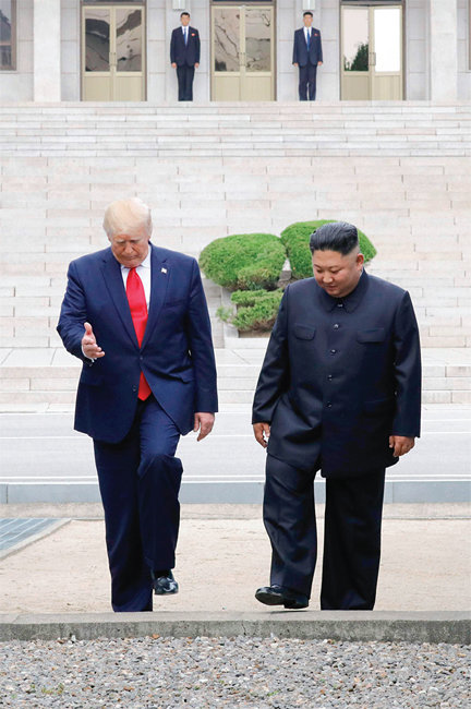 6월 30일 도널드 트럼프 미국 대통령(왼쪽)과 김정은 북한 국무위원장이 판문점 군사분계선을 넘어 북측으로 갔다 되돌아오고 있다. [박영대 동아일보 기자]