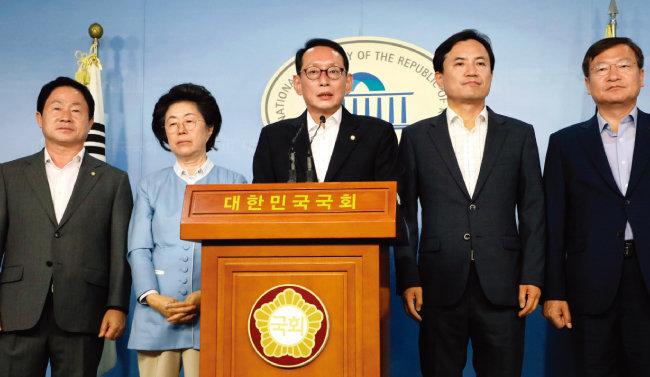 7월 9일 서울 여의도 국회 정론관에서 자유한국당 법사위원들이 윤석열 검찰총장 후보자의 인사청문회 위증과 관련해 기자회견을 하고 있다. [동아DB]