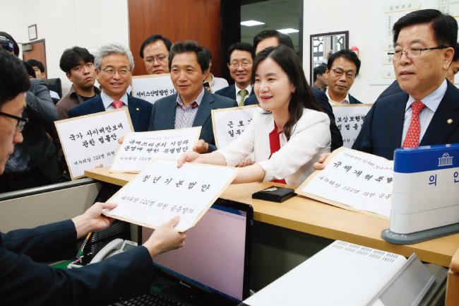 2016년 5월 30일 자유한국당 신보라 의원(오른쪽에서 두 번째)이 '청년기본법안'을 새누리당(현 자유한국당) 1호 법안으로 제출하고 있다. [뉴스1]