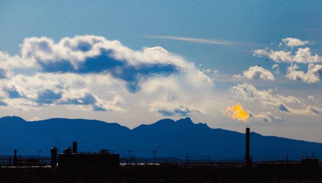 미국 텍사스 셰일오일 유전의 굴착기에서 불이 뿜어져 나오고 있다. [댈러스 모닝뉴스]