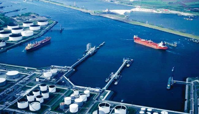 초대형 유조선들이 미국 항구에서 원유를 선적하고자 대기하고 있다. [휴스턴 크로니클]