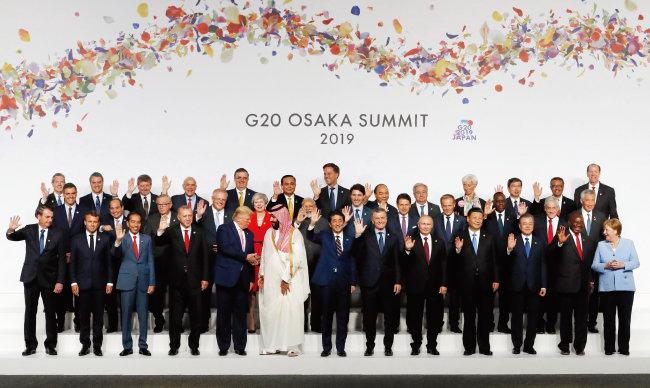 문재인 대통령(앞줄 오른쪽에서 세 번째)이 6월 28일 일본 오사카 G20 정상회담 공식 환영식에서 각국 정상들과 기념촬영을 하고 있다. 도널드 트럼프 미국 대통령(앞줄 왼쪽에서 다섯 번째), 아베 신조 일본 총리(앞줄 왼쪽에서 일곱 번째), 블라디미르 푸틴 러시아 대통령(앞줄 왼쪽에서 아홉 번째), 시진핑 중국 국가주석(앞줄 왼쪽에서 열 번째) 등도 보인다. [오사카=AP 뉴시스]