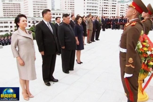 김일성과 김정일의 미라가 있는 금수산태양궁전을 참배하는 시진핑 중국 국가주석(왼쪽에서 두 번째). 북한은 시진핑을 활용해 격을 높인 후 미국과 정상회담에 응했다. [뉴시스]