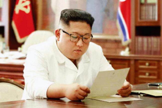 도널드 트럼프 미국 대통령이 보낸 친서를 보는 김정은 북한 국무위원장. '하노이 실패'를 거울 삼아 북한은 친서외교를 펼쳐 다시 기회를 잡고 있다. [뉴시스]