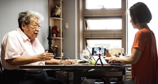 아흔 인생의 각각 반반을 한국과 일본에서 살아온 최서면 선생은 한일 근현대사 격동의 순간을 겪어온 몇 안 되는 생존 한국인이다. 지금도 각종 한일관계 연대와 인물 이름을 정확하게 기억하고 있었다. [박해윤 기자]