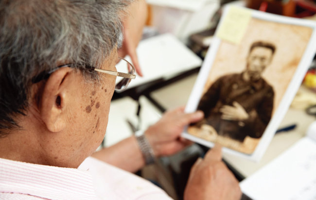 안중근의 사진을 보고 있는 최서면 선생. 그는 개인의 삶은 끝이 있지만 국가는 끝이 없으므로 후대를 위해 한일관계를 빨리 복원시켜야 한다고 강조했다. [박해윤 기자]